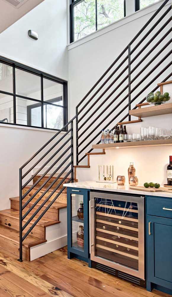 Aproveite o espaço embaixo da escada para montar o seu home bar