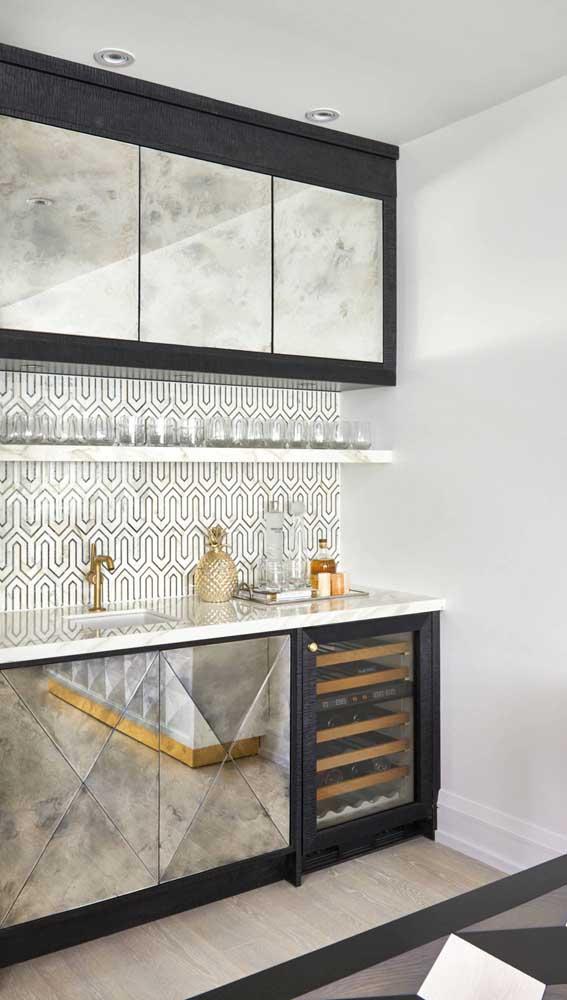 A parede da sala de jantar pode ser preenchida com um móvel planejado feito exclusivamente para o home bar