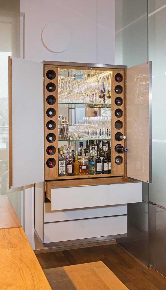 Um armário com portas e gavetas para o home bar. Fechado, ele nem aparece!