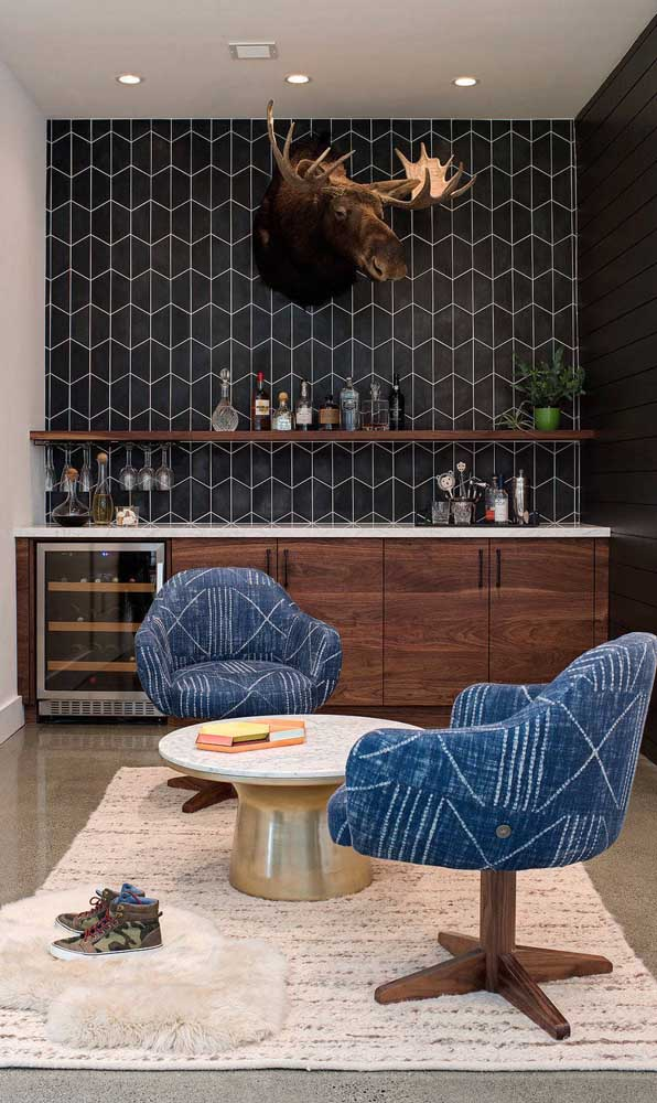 A parede geométrica criou o pano de fundo ideal para esse home bar moderno