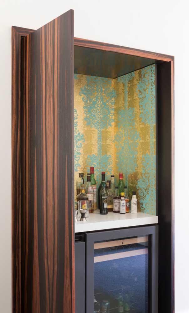Embutido dentro do armário, o home bar também mostra seu charme