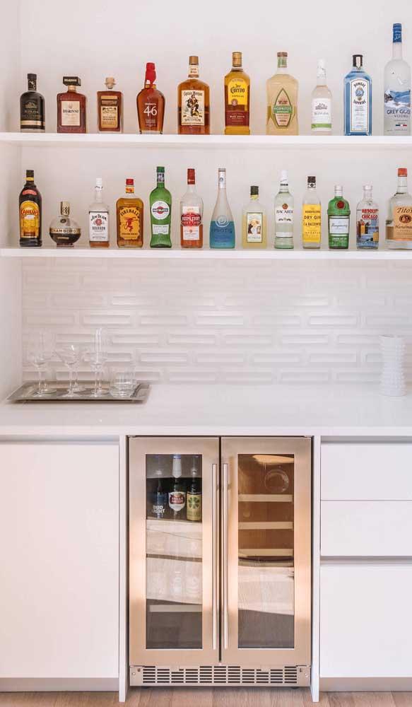 Suas garrafas preferidas exibidas como peças decorativas no bar