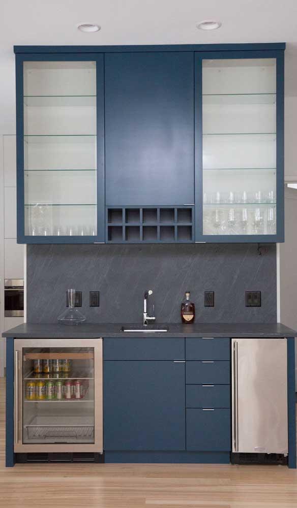 Os armários fechados mantem as garrafas, copos e demais acessórios mais bem protegidos