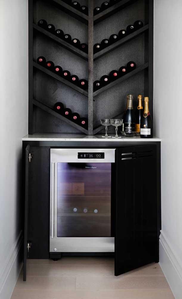 Home bar com prateleiras especiais para o armazenamento das garrafas de vinho