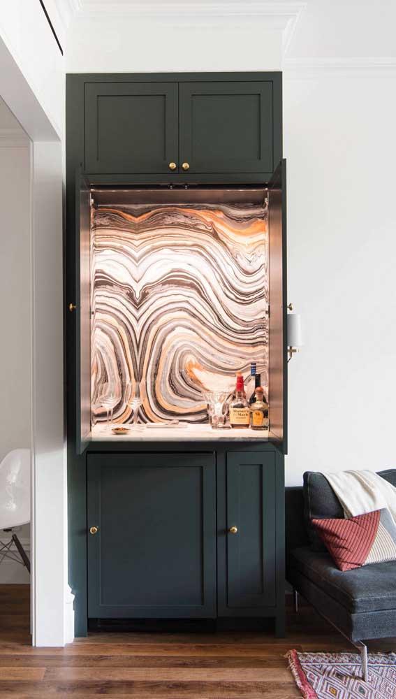 A pintura diferenciada dentro do armário do home bar é o grande destaque por aqui