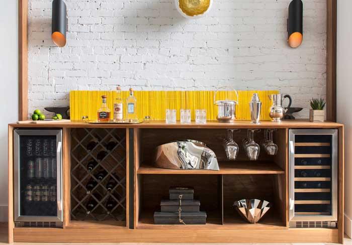 Home bar rústico com móvel feito sob medida para o espaço