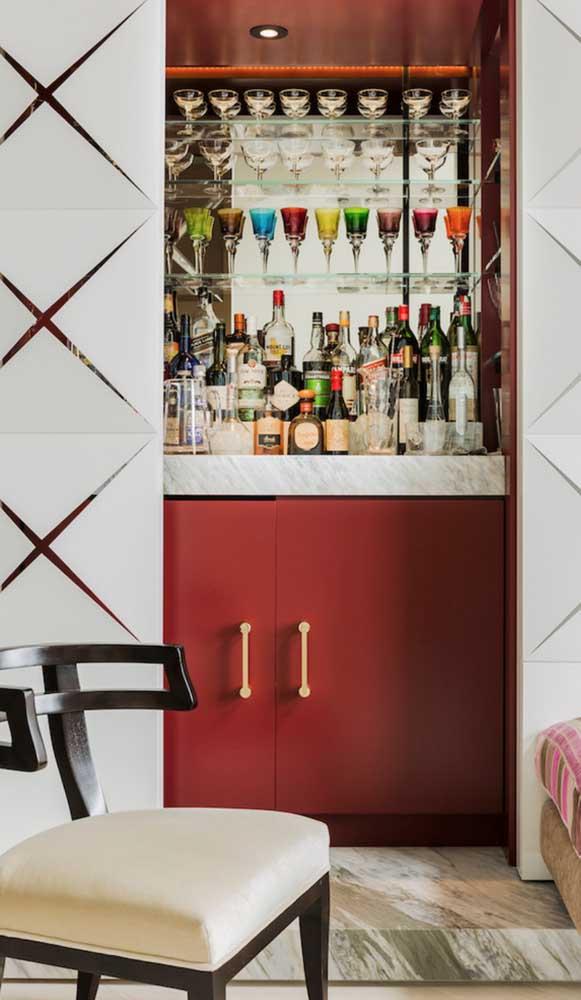 Já aqui, é atrás da porta de vidro que o home bar vermelho se esconde