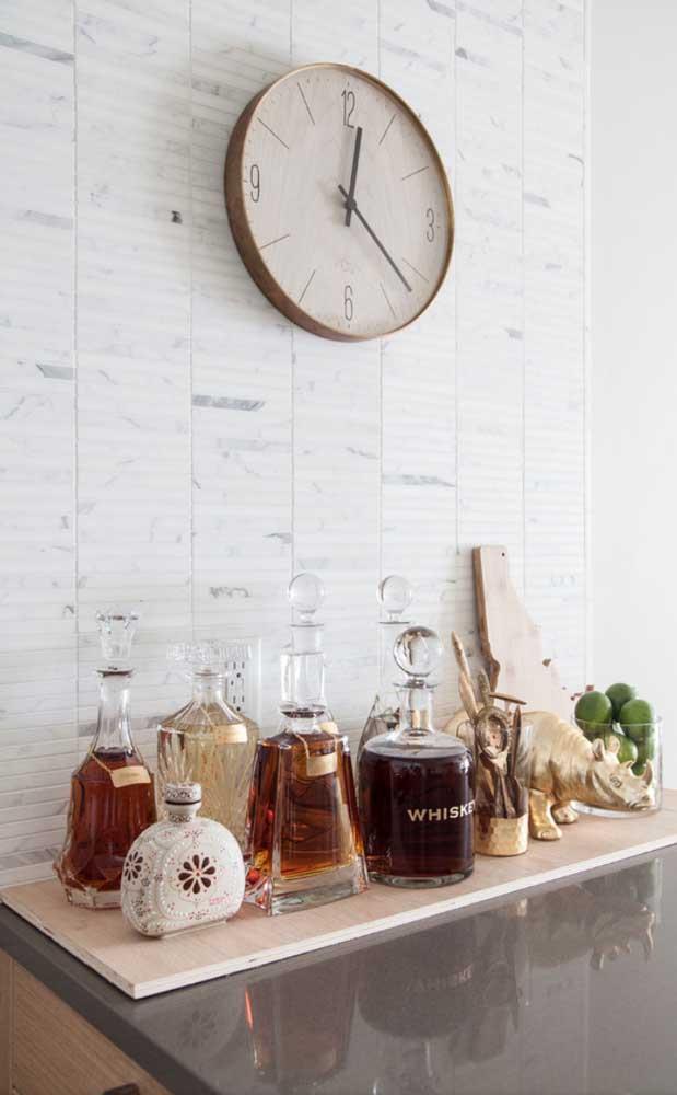 A tábua de madeira ajuda a diferenciar o espaço dedicado ao bar