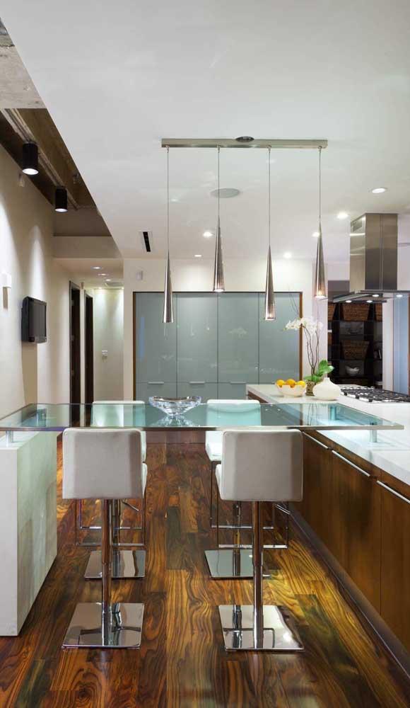 Cozinha com bancada de vidro para as refeições