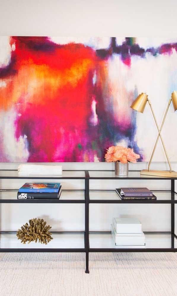 Uma bancada de vidro para organizar e decorar a sala de estar