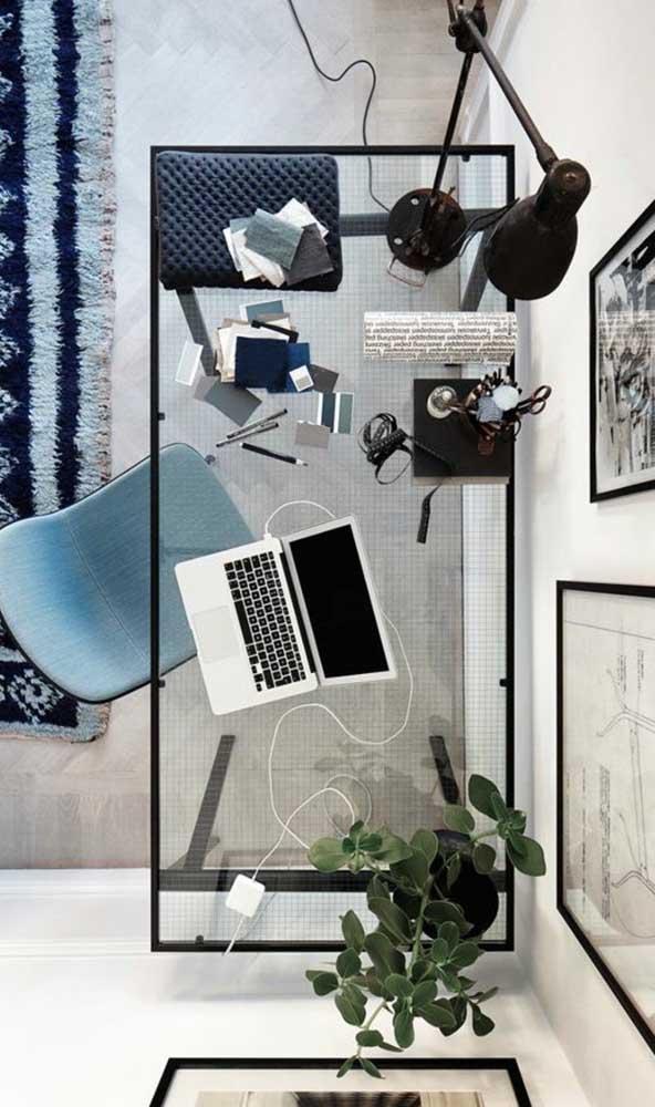 No escritório, a bancada de vidro gera leveza e amplitude