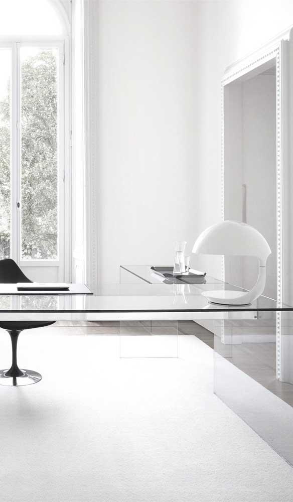 Tem como ser mais clean e minimalista do que com essa bancada de vidro em L?