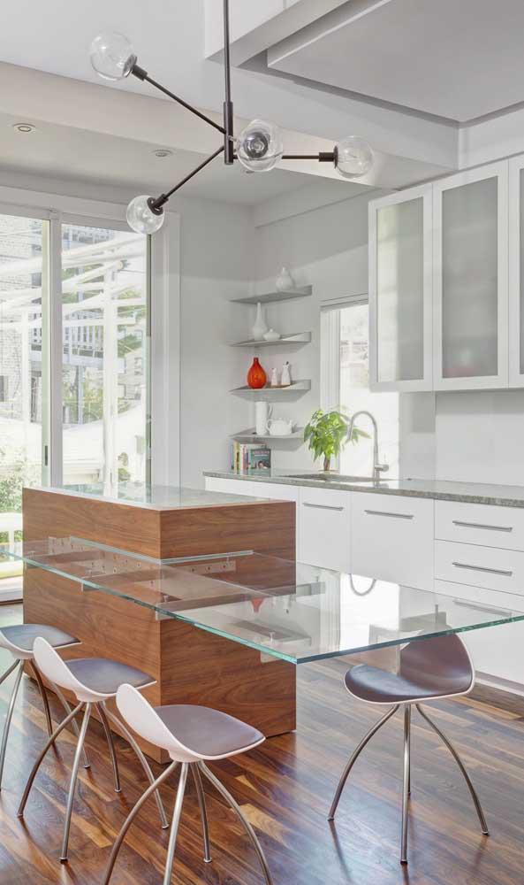 Bancada de vidro para refeições acoplada à ilha da cozinha
