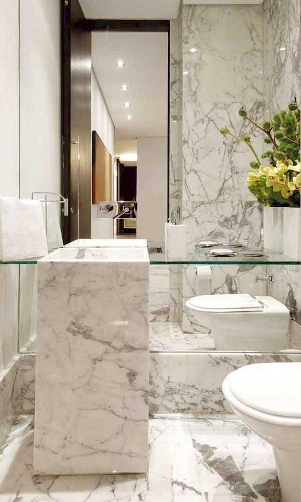 Vidro e mármore: uma combinação perfeita para o pequeno banheiro da casa