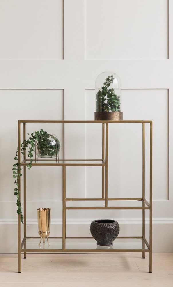 A base dourada traz um toque de glamour para a bancada de vidro