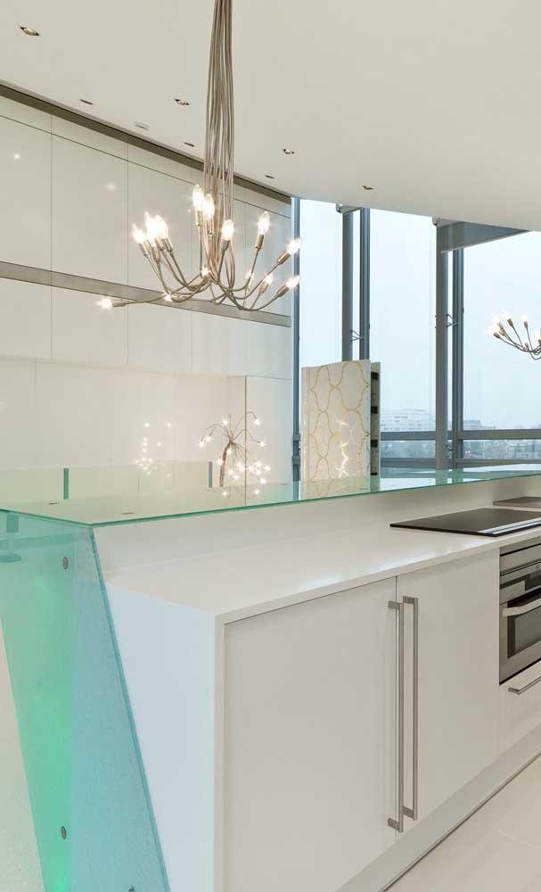 Cozinha clean com bancada de vidro decorativa. Repare que o vidro utilizado é o incolor