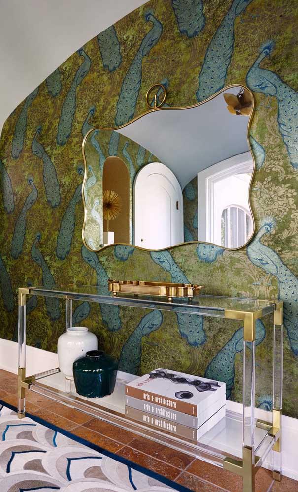 A parede cheia de informação ganhou a companhia discreta e suave da bancada de vidro