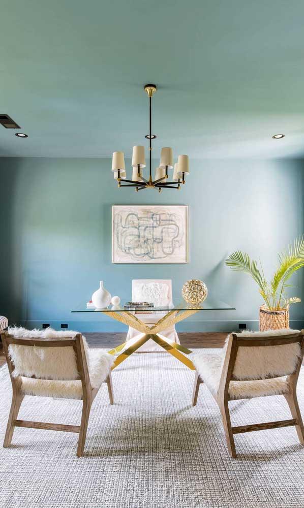 Sala de jantar com bancada de vidro reforçando a proposta elegante de decoração