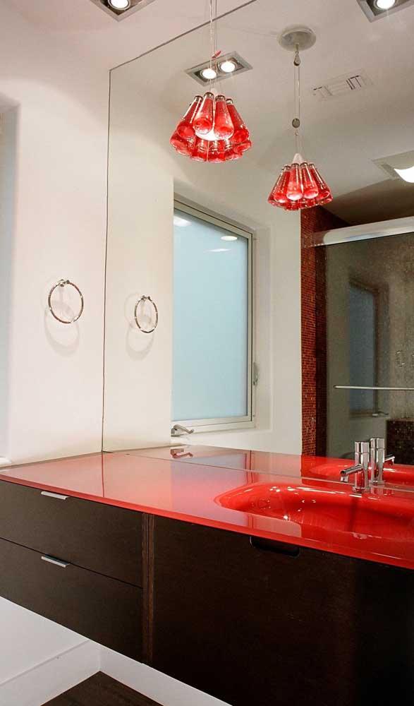 Bancada de vidro colorido vermelho para o banheiro: ótima solução para quem deseja ousar na decoração