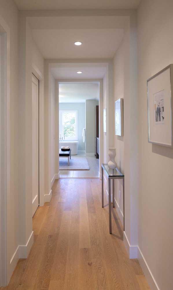 O corredor da casa ficou mais charmoso com a pequena e discreta bancada de vidro