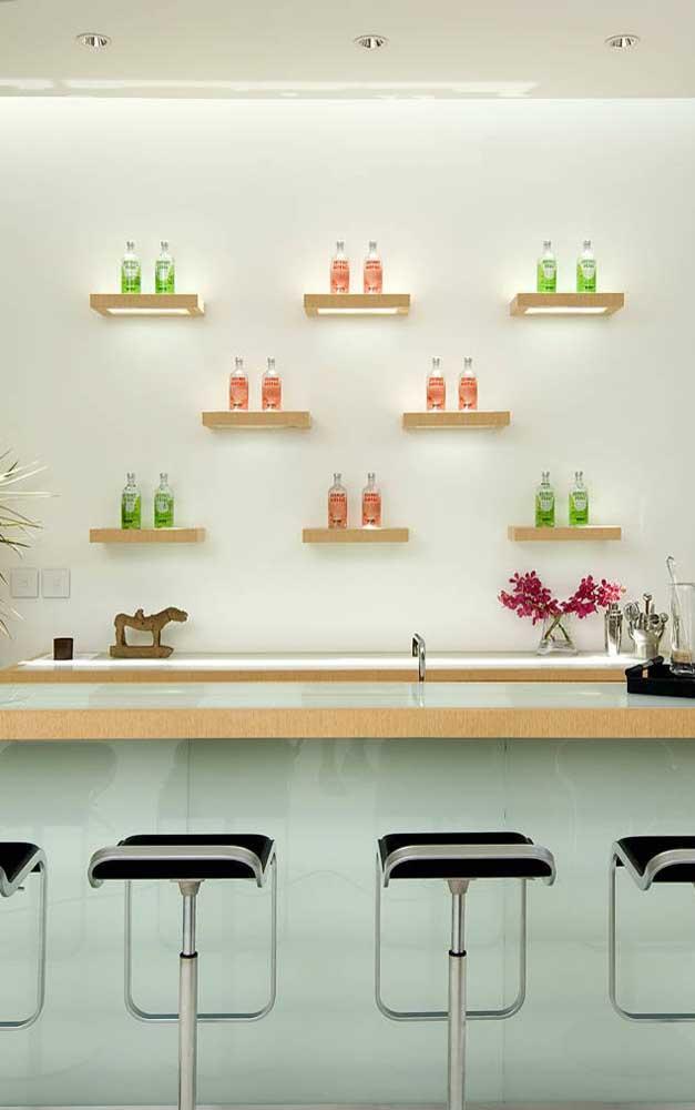 Home bar com bancada e balcão feitos de vidro branco
