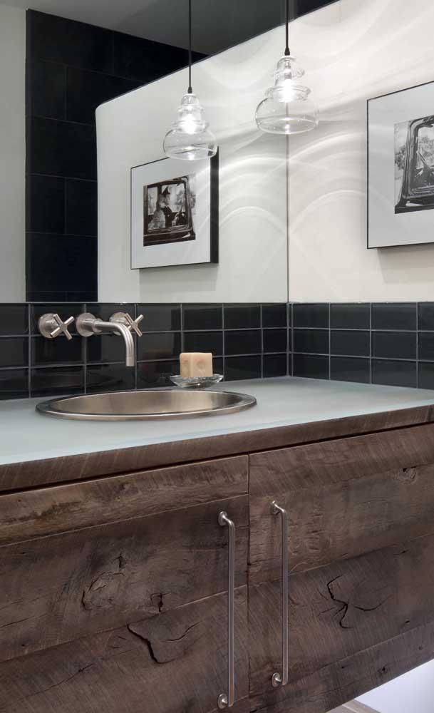 A combinação entre a madeira e o vidro ficou incrível nesse banheiro