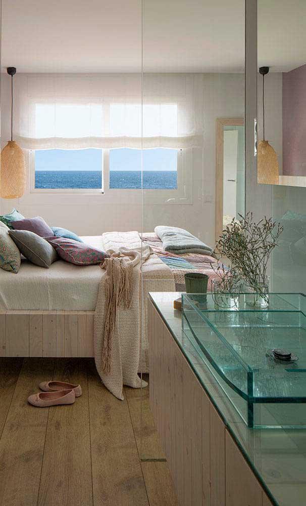 A suíte desse quarto de casal ganhou uma bancada de vidro transparente combinando com a divisória