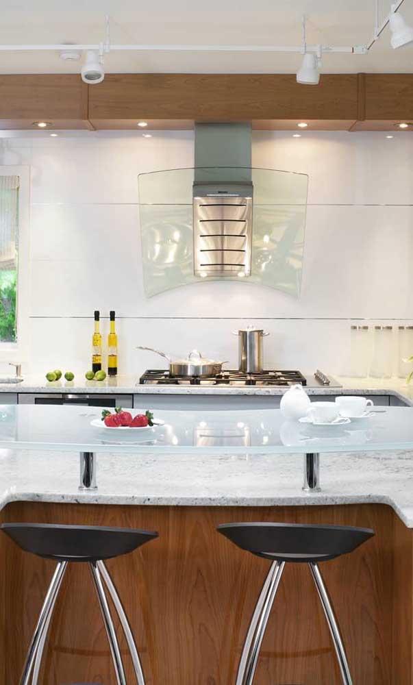 Bancada de vidro branco entre a cozinha e a sala de jantar