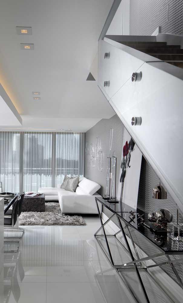 Sala de jantar integrada decorada com uma bancada de vidro fumê super discreta e elegante