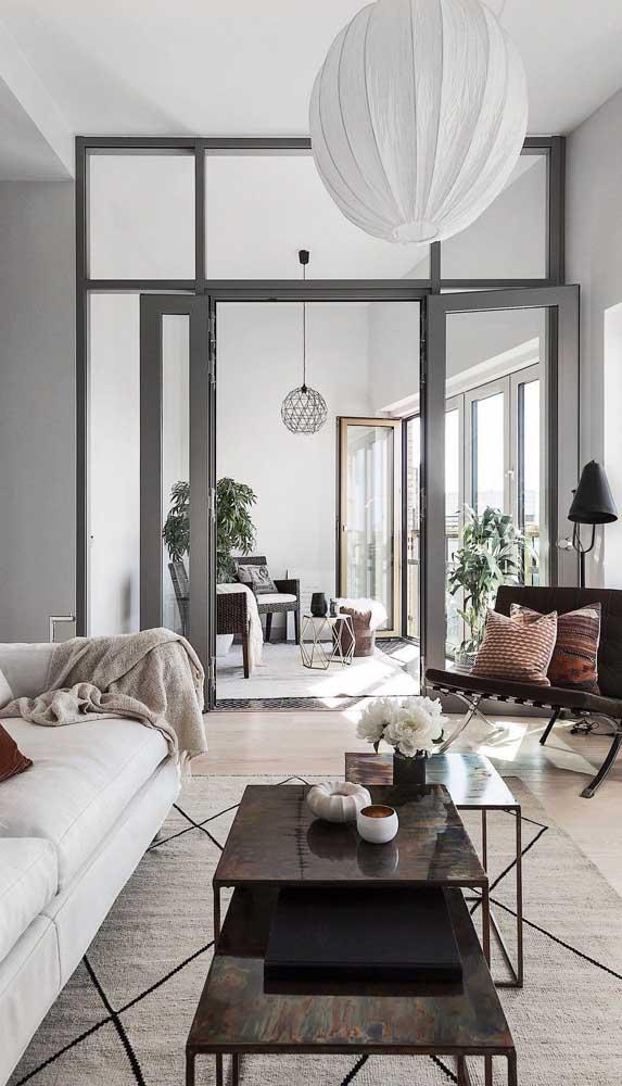 Porta francesa com folhas inteiriças de vidro garantindo mais leveza e amplitude para a sala de estar