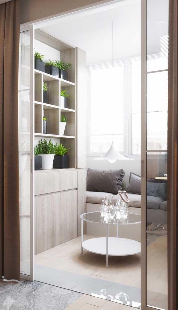 Porta francesa de correr branca. A cortina garante a privacidade necessária para o cômodo