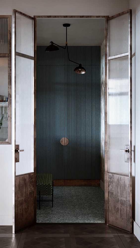 O vidro canelado garante privacidade para o interior do cômodo fechado pela porta francesa