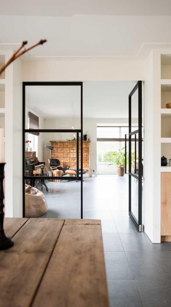 A moldura preta traz estilo e modernidade para a porta francesa de abrir