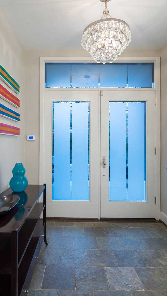 O vidro fosco usado na porta francesa preserva a intimidade no interior da casa