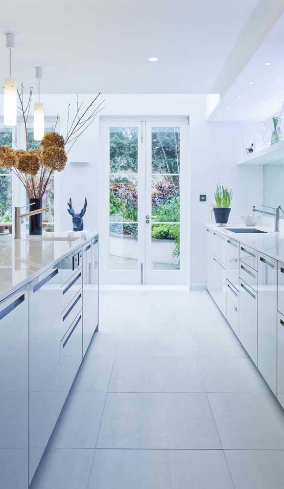 A cozinha ficou mais iluminada com a porta francesa de abrir
