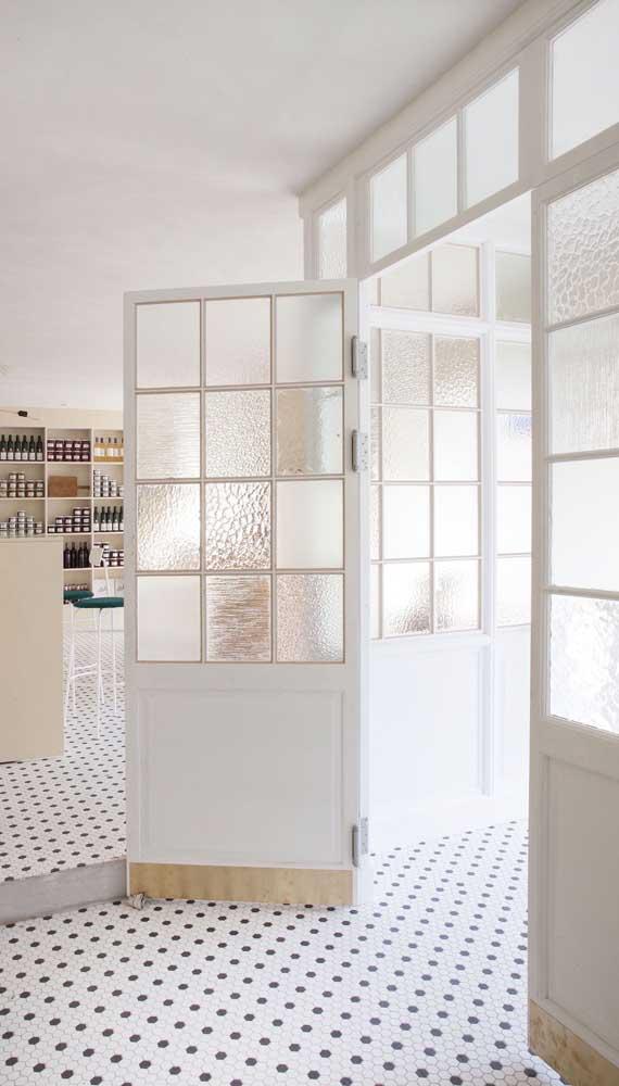 Já por aqui é a clássica porta francesa de madeira com vidros quadriculados que se destaca. Repare no charme rústico e provençal que ela traz para o ambiente
