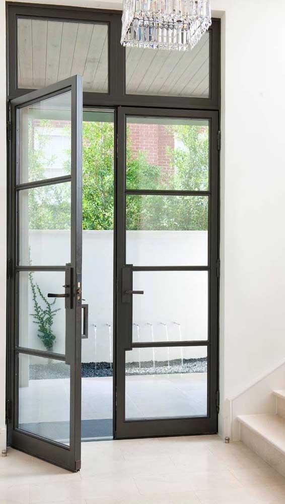 As portas francesas de abrir são mais recomendadas para áreas externas, uma vez que elas permitem a instalação de travas de segurança mais eficientes do que as de correr