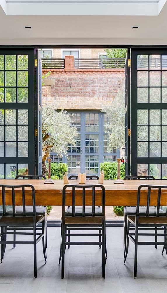 A porta francesa é perfeita para quem deseja unir o clássico com o moderno na decoração