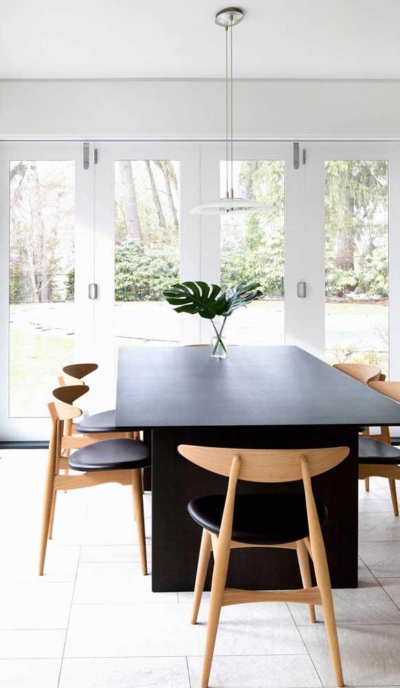 O que acha de almoçar e jantar admirando a vista do quintal?