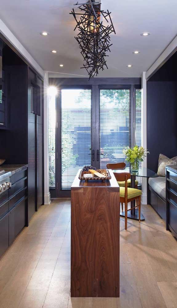 Aqui nessa cozinha a porta francesa acompanha a cor dos móveis