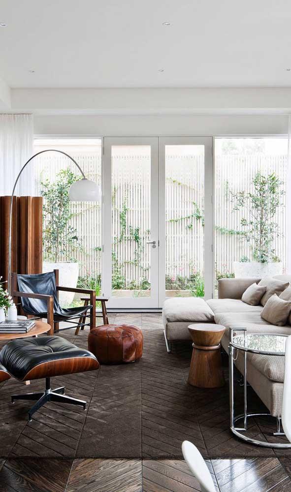 Sala de estar com porta francesa branca: um reforço na iluminação natural
