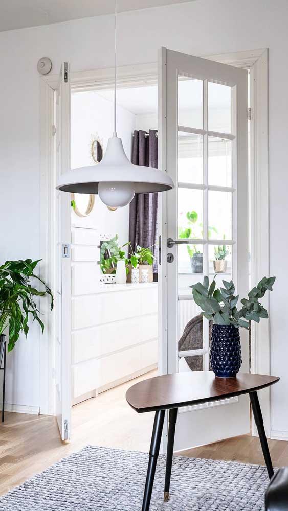 Inegável o charme da porta francesa nos ambientes internos da casa