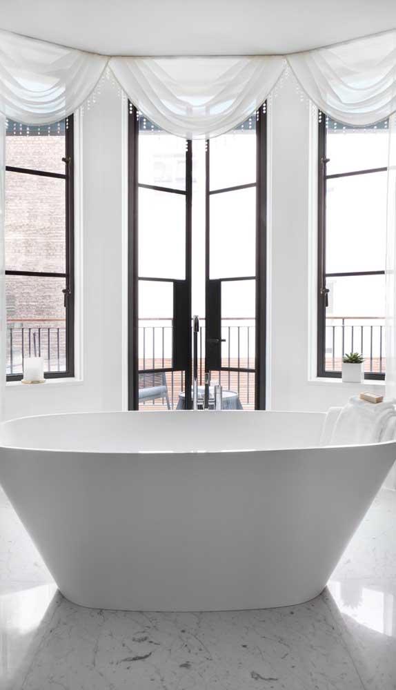 No banheiro, a porta francesa garante luz e ventilação a vontade. No momento de privacidade, basta descer as cortinas