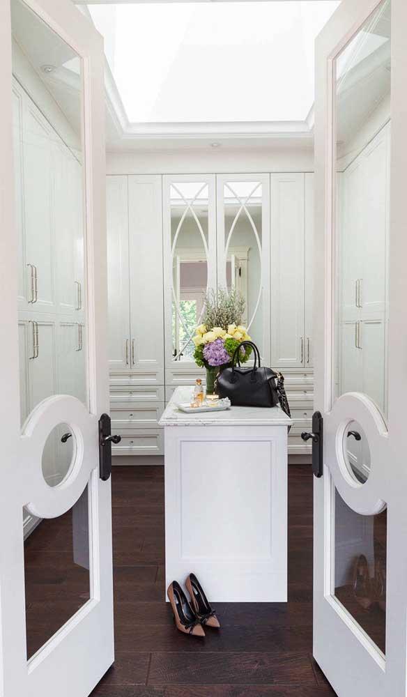 Porta francesa para acessar o closet. Repare no detalhe central que acompanha a porta