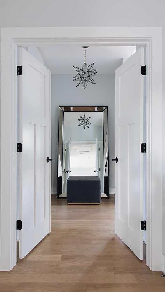 Porta francesa de madeira maciça para os quartos da casa