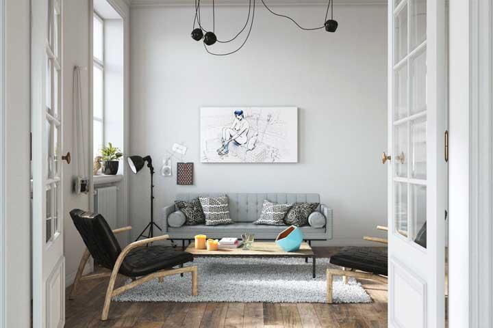 Essa sala de estar que guarda influências retrôs na decor apostou no uso da porta francesa de estilo clássico