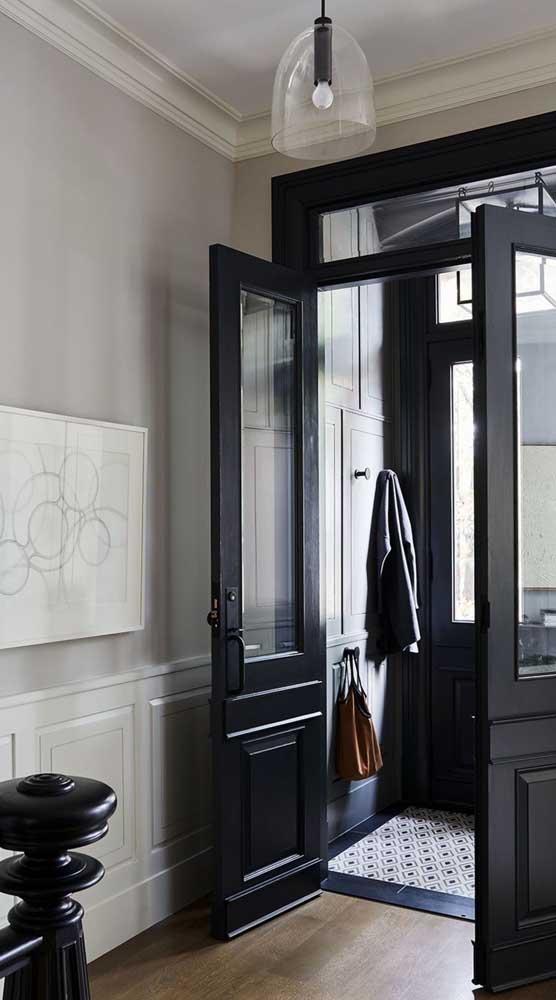Porta francesa na entrada da casa. A cor preta trouxe uma elegância extra ao ambiente