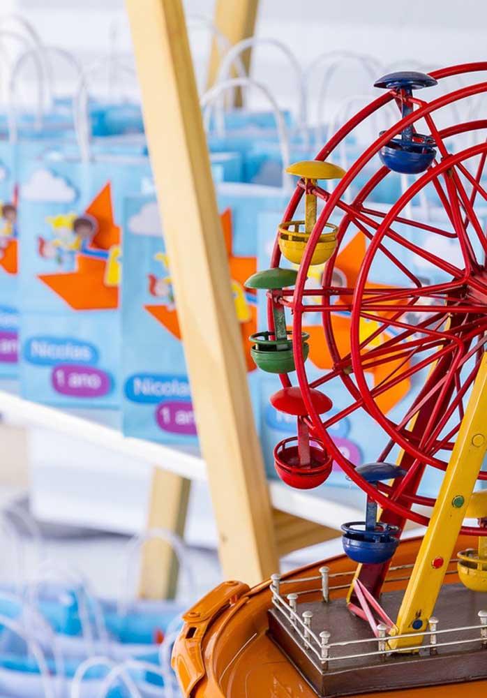 Use alguns brinquedos reais para valorizar a decoração Mundo Bita.