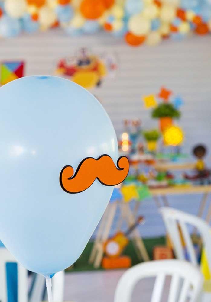 O que acha de incrementar a decoração colocando bigodes nos balões?