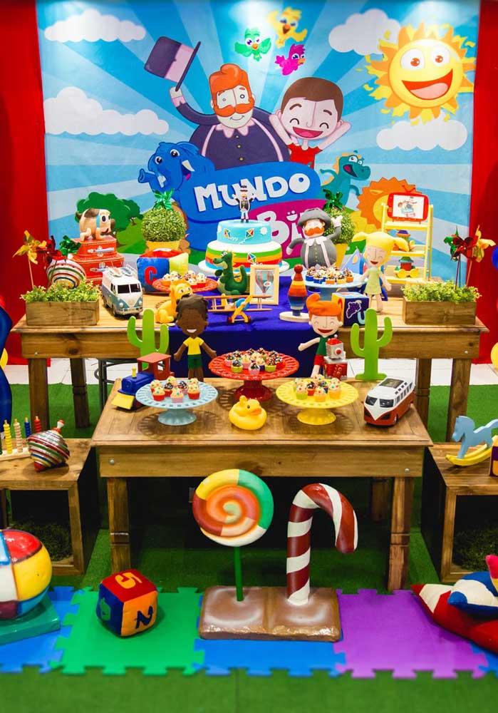 Aproveite mesas de madeira para decorar a festa Mundo Bita.